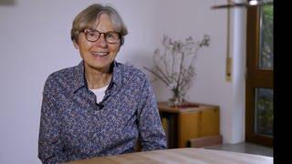 Ältere Dame sitzt an einem Tisch (Foto: SWR)