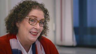 Proträt Frau mit Brille und lockigem Haar (Foto: SWR)