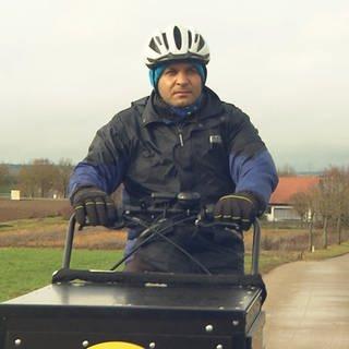Mann fährt mit Lastenbike übers Feld (Foto: SWR)
