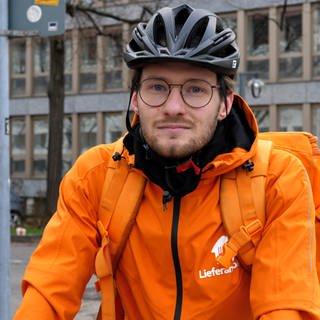 Fahrradkurier in orangener Jacke vom Lieferdienst Lieferando (Foto: SWR)
