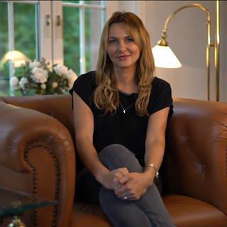 Monika sitzt auf einem Sessel im Wohnzimmer (Foto: SWR)