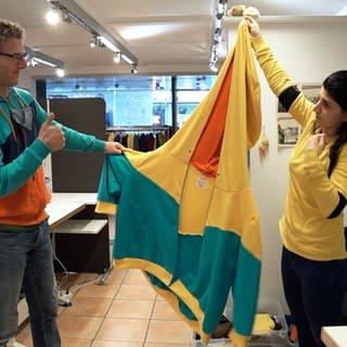 Mann und Frau halten ein Stofftuch hoch (Foto: SWR)