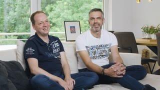 2 Männer sitzten auf dem Sofa (Foto: SWR)