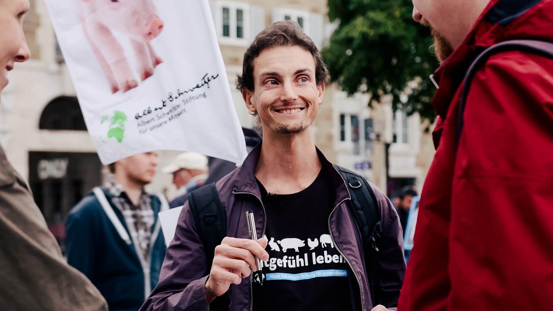 Andreas versucht auf dem Schlossplatz in Stuttgart Passanten von der veganen Ernährung zu überzeugen