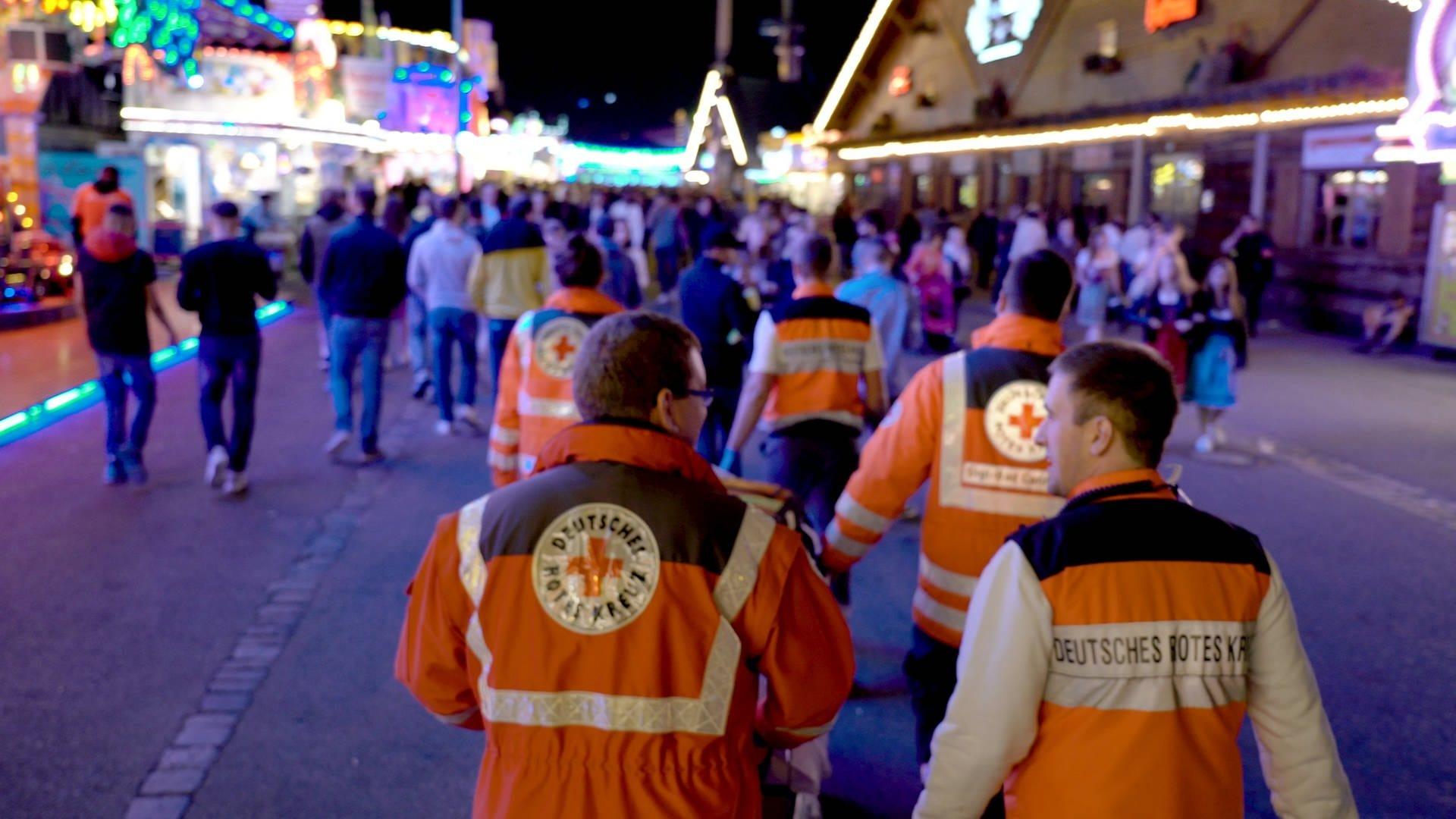 Das Deutsche Rote Kreuz läuft über den Cannstatter Wasen