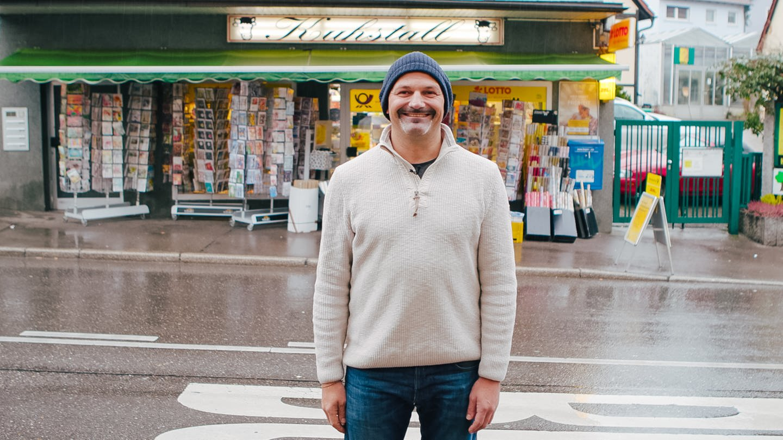 Der Chef vom Kiosk Kuhstall steht vor seinem Büdchen (Foto: SWR)