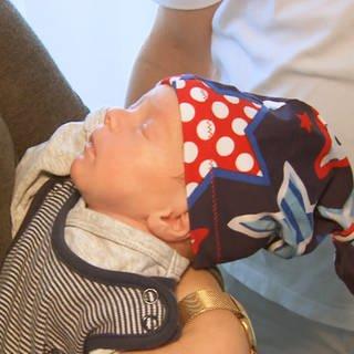 Ein Baby mit einer selbstgenähten Mütze von Sarah Karle (Foto: SWR)