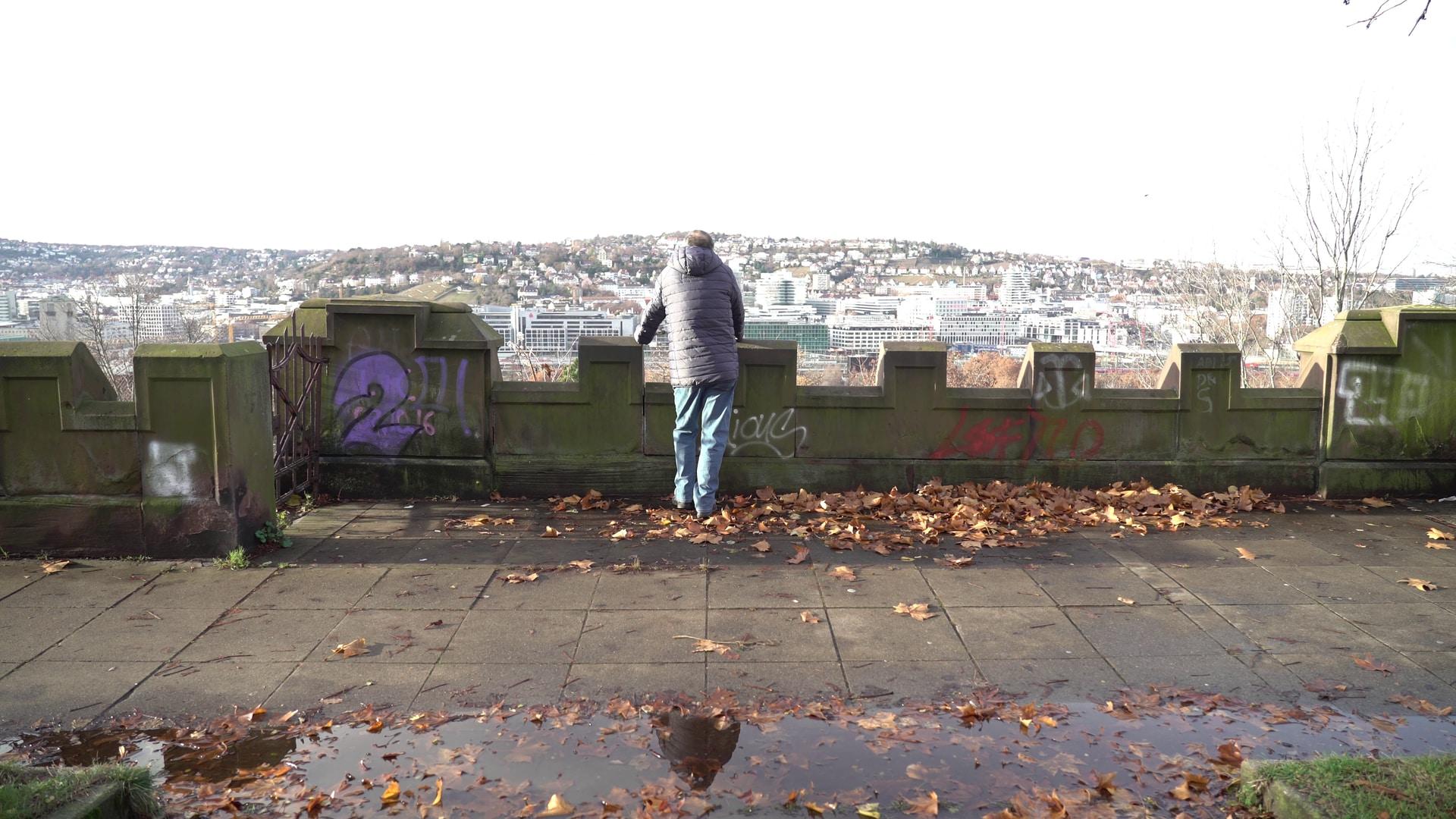 Ein Mann schaut in den Kessel von Stuttgart.