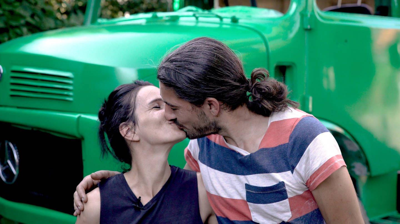 Ein Paar küsst sich (Foto: SWR)