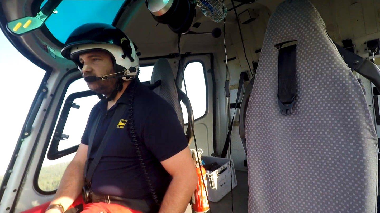 Fred ist Hubschrauberpilot und sitzt gerade im Cockpit (Foto: SWR)