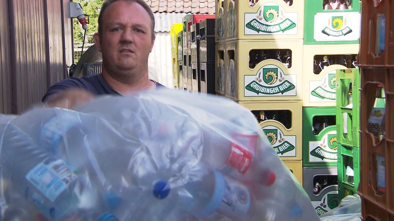 Getränkehändler hält Platikflaschen in die Kamera (Foto: SWR)