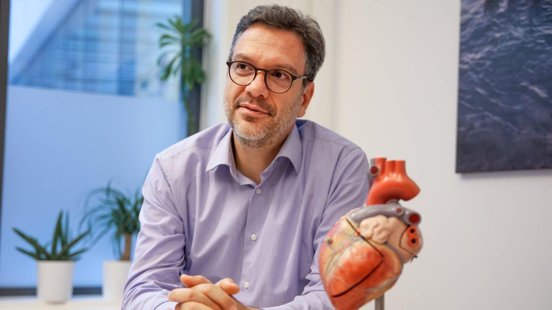 Herzchirurg Ioannis behandelt Kinder mit angeborenem Herzfehler (Foto: SWR)
