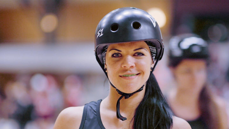 Junge Frau mit Helm auf dem Kopf (Foto: SWR)