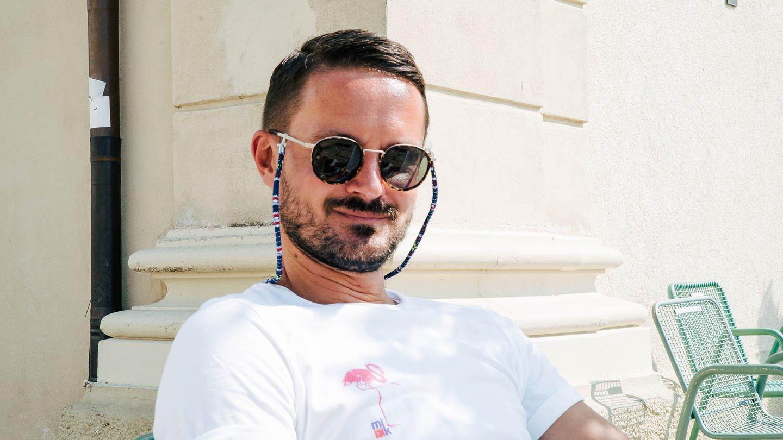 Junger Mann mit Sonnenbrille in der Sonne (Foto: SWR)