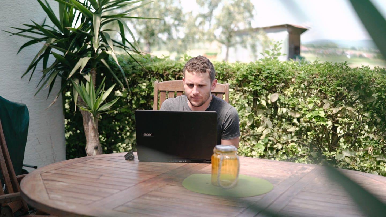 Kai ist Nachwuchsautor und schreibt am liebsten im elterlichen Garten (Foto: SWR)