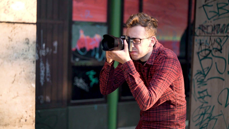 Magnus macht mit seiner Kamera ein Foto (Foto: SWR)