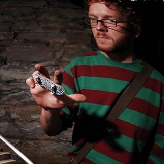 Mann mit Fingerskateboard (Foto: SWR)