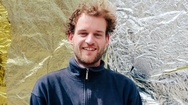 junger Mann steht vor einer Wand mit Folie (Foto: SWR)