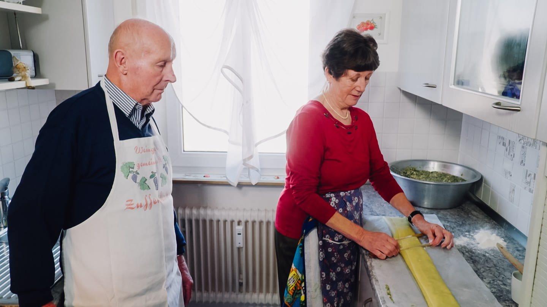 Oma Lisbeth und Opa Manfred stehen in der Küche und machen Maultaschen (Foto: SWR)