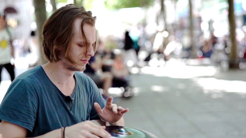 Seit vier Monaten ist Philipp mit seiner Handpan, die er auch liebevoll