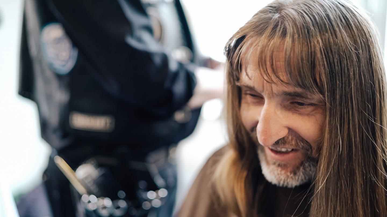 Steffen bekommt einen kostenlosen Haarschnitt von den Barber Angels (Foto: SWR)