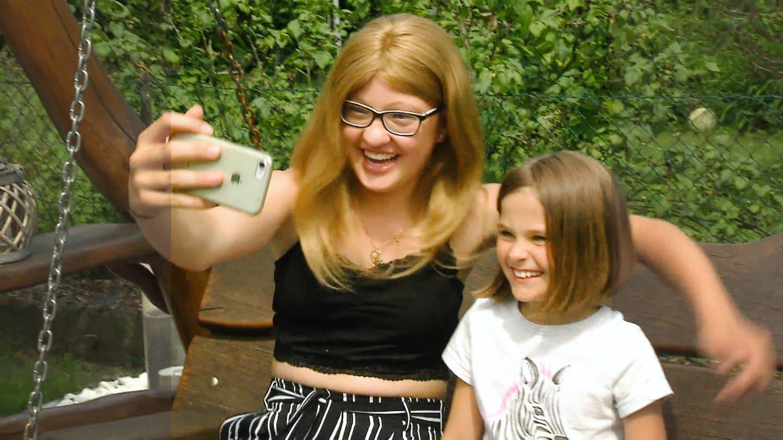 Zwei Mädchen machen lachend ein Selfie (Foto: SWR)