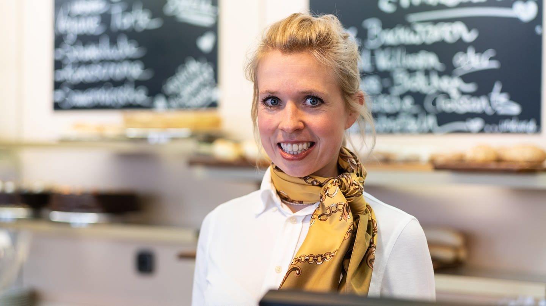 Frau steht in Cafe in Reutlingen, dass sie in vierter Generation führt