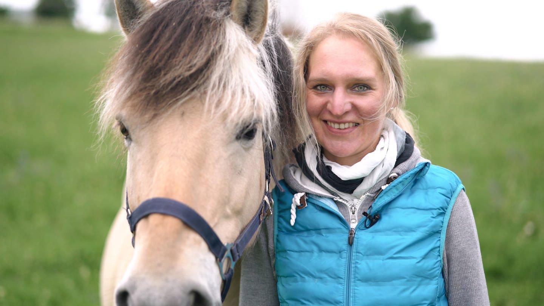 Reittherapeutin Ruth zusammen mit ihrem norwegischen Fjordpferd (Foto: SWR)