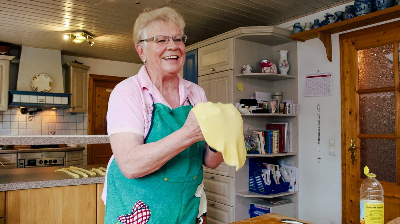 Oma Helga macht Strudeln-Teig (Foto: SWR)