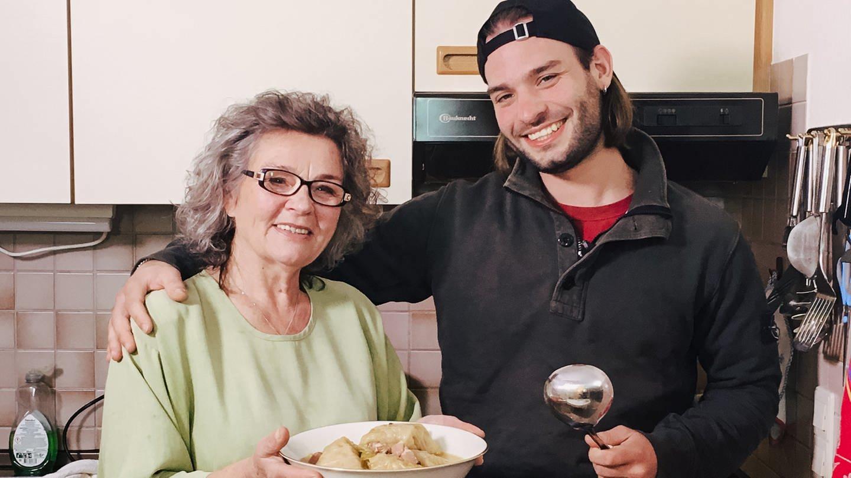 Oma und Enkel mit selbst gekochtem Sarma (Foto: SWR)