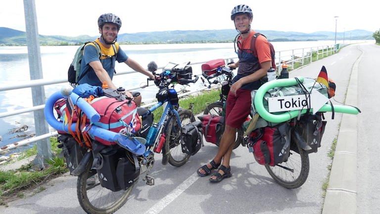 Die Pastagorillas mit ihren Fahrrädern auf ihrem Weg nach Tokio. (Foto: SWR)