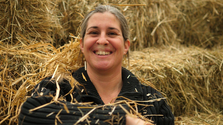 Leiterin der Kinderfarm auf Heuballen (Foto: SWR)