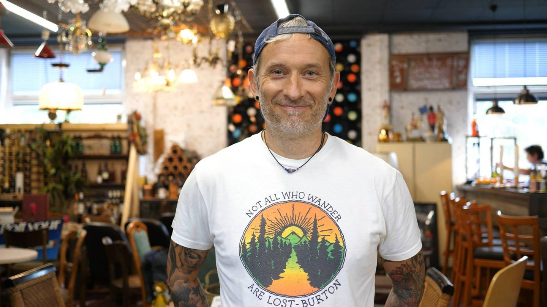 Mann in T-Shirt schaut in die Kamera (Foto: SWR)
