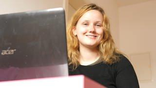 Rebecca - eine junge Frau sitzt vor Laptop (Foto: SWR)