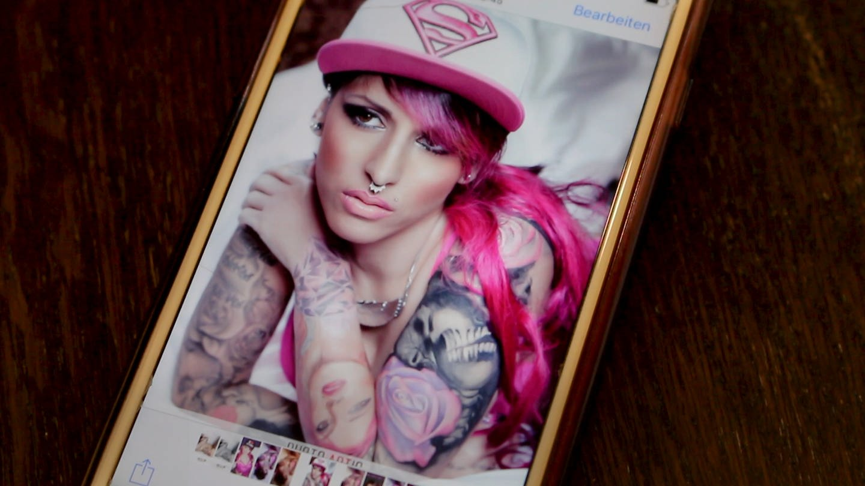Ein Handybild auf dem Jenny mit Rosa Haaren zu sehen ist. (Foto: SWR)
