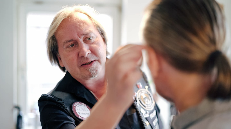 Claus Niedermaier frisiert einen Kunden (Foto: SWR)