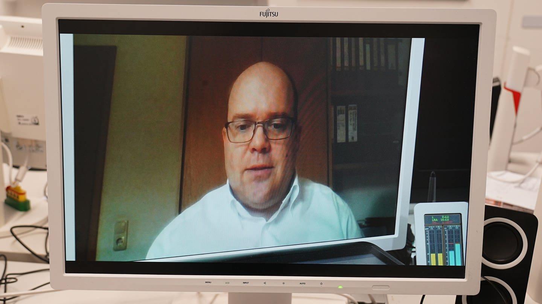 Christian Döring ist in einem Videochat auf dem Computerbildschirm zu sehen (Foto: SWR)