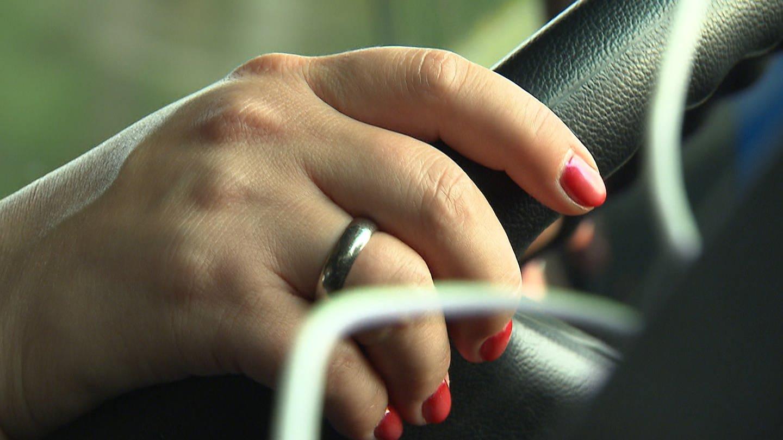 Hände einer Frau am Steuer eines LKW (Foto: SWR)