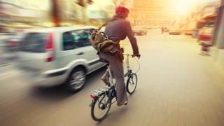 #besserRadfahren: Gefährliche Situation beim Fahrradfahren - Auto fährt sehr nah und mit hoher Geschindigkeit an Radfahrerin vorbei. (Foto: SWR)