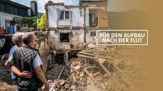 Sich umarmendes Paar schaut auf sein durch Hochwasser zerstörtes Haus in Rech an der Ahr (Foto: Getty Images, 2021 Thomas Lohnes, Montage: SWR)