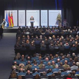 Bundespräsident Steinmeier spricht beim Staatsakt zum Gedenken der Opfer der Flutkatastrophe in Ring-Arena am Nürnburgring (Foto: dpa Bildfunk, Thomas Frey)