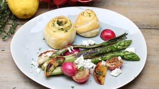 Hefe-Kräuterschnecken mit Grillgemüse und Spargel (Foto: SWR)