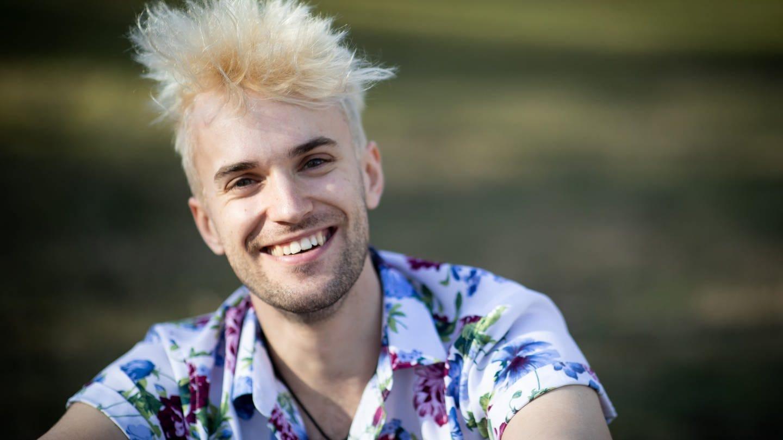 Das Bild zeigt den im Gesicht strahlenden Jendrik Sigwart. Er ist Deutschlands Kandidat für den Eurovision Song Contest 2021.