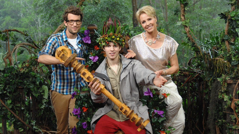 Das Bild zeigt den Dschungelkönig Joey Heindle mit dem Moderatorenteam Sonja Zietlow und Daniel Hartwich. (Foto: picture-alliance / Reportdienste, dpa/RTL/Stefan Menne)