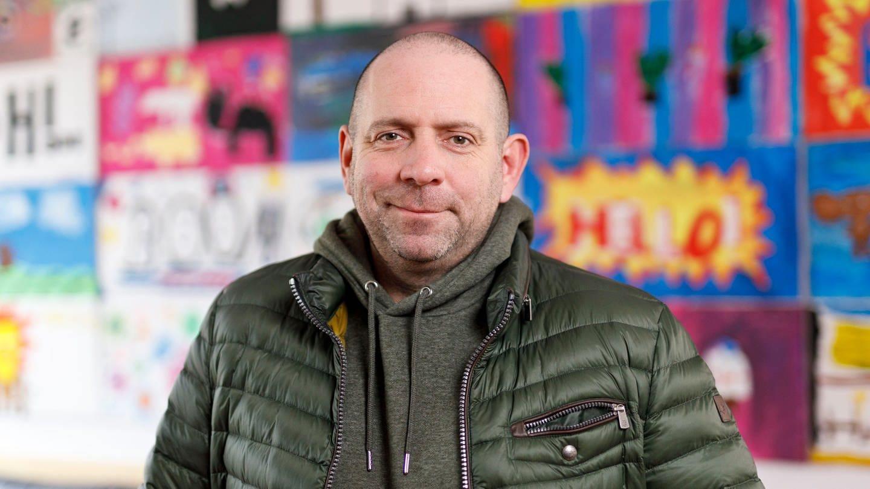 Das Bild zeigt Partyschlagersänger Matthias Distel alias Ikke Hüftgold. Er hat einen sehr zufriedenen Gesichtsausdruck.