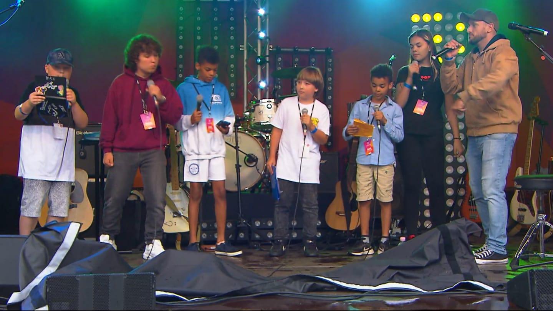 Kinder auf der Bühne, die rappen
