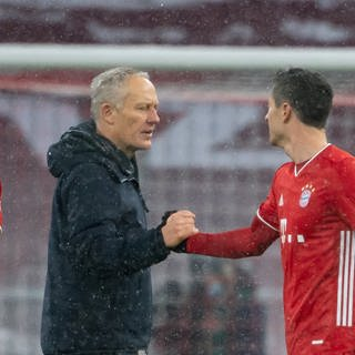 Christian Streich (2. v. li.) reicht Robert Lewandowski die Hand (Foto: picture-alliance / Reportdienste, Picture Alliance)