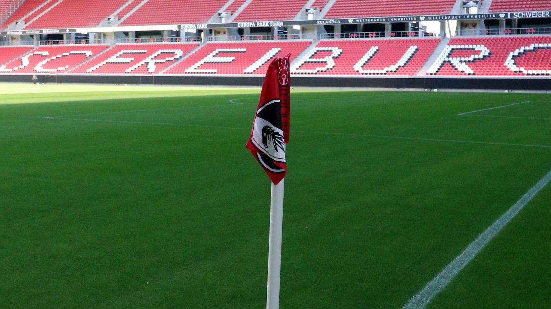 Eine Eckfahne des SC Freiburg im Europa-Park-Stadion