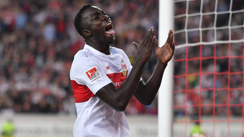 Flügelstürmer Silas Katompa Mvumpa (im weiß-roten Trikot des VfB Stuttgart) schreit seinen Ärger über ein vergebene Chance im Heimspiel gegen den VfL Bochum mit weit augerissenem Mund und angewinkelt emporzeigenden Armen heraus.