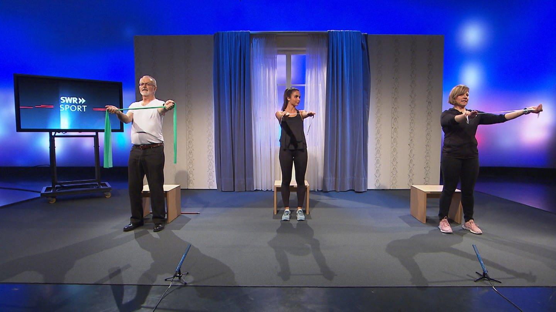 Gaby Peter zeigt eine Übung mit Fitness-Bändern. (Foto: SWR)